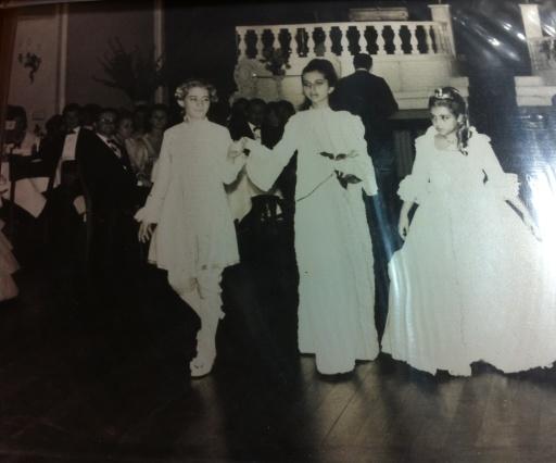 A debutante Roseli Marcantoni desfila pelos salões da Sociedade Harmonia Lyra