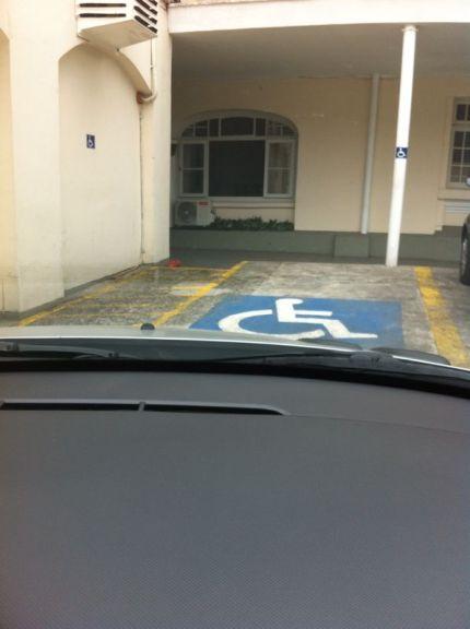 Vaga de estacionamento sinalizada e respeitada