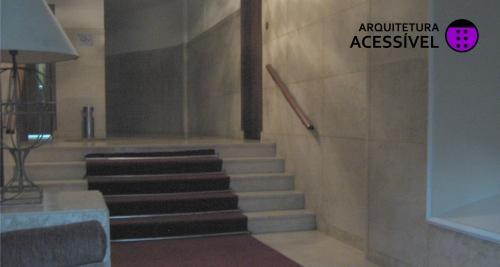 """Do blog """"Arquitetura Acessível"""" um exemplo clássico de prédios mais antigos: degraus no hall de entrada"""